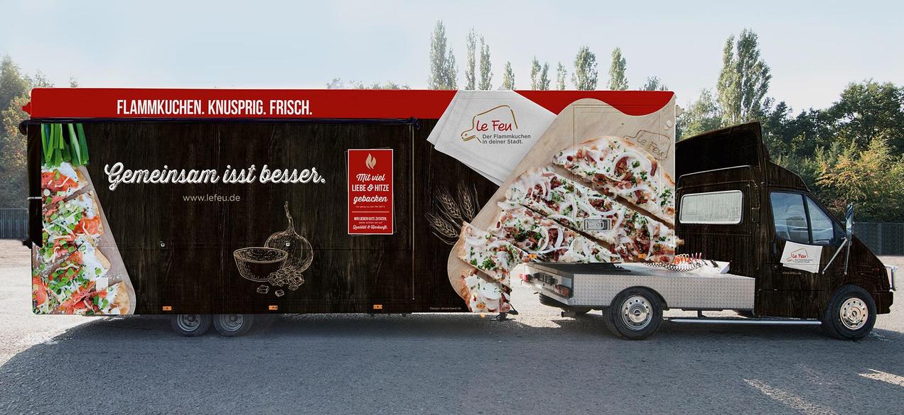 Der Foodtruck von Le Feu zieht bereits in weiter Entfernung alle Blicke auf sich