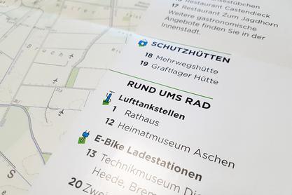 Die detaillierte Legende der Radfahrkarte zeigt wichtige Stationen wie Schutzhütten, Lufttankstellen sowie E-Bike Ladestationen