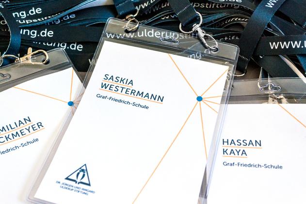 Erleichtert die Kommunikation: Jeder Teilnehmer erhält ein Schlüsselband mit Namensschild